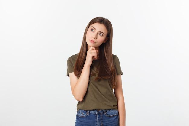 Glückliche und überraschte stellung junger dame des porträts lokalisiert über grauem hintergrund. kamera zeigen. Premium Fotos
