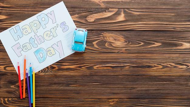 Glückliche vatertagsaufschrift mit spielzeugauto auf tabelle Kostenlose Fotos
