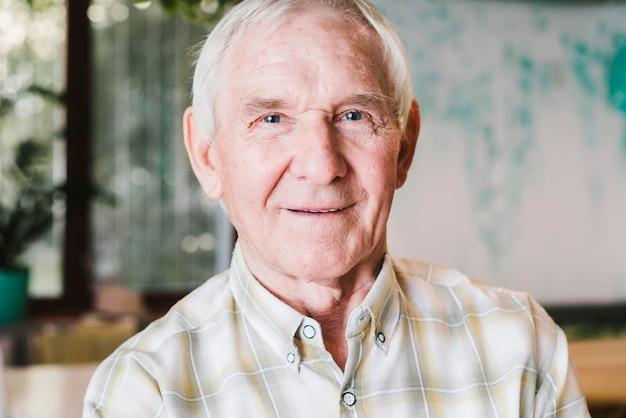 Glücklicher älterer geknitterter mann Kostenlose Fotos