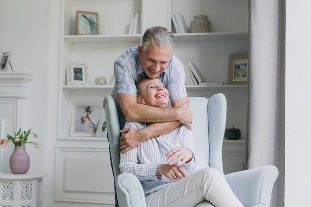 Glücklicher älterer mann, der seine frau umarmt Kostenlose Fotos