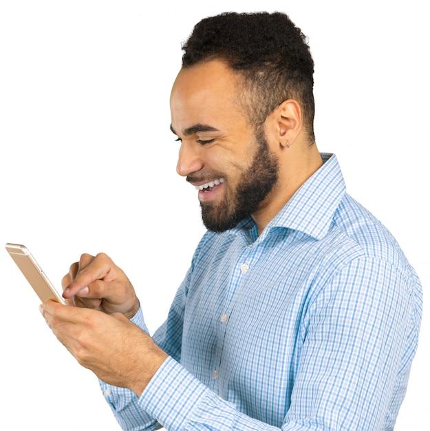 Glücklicher afroamerikanischer mann, der einen handy verwendet Premium Fotos