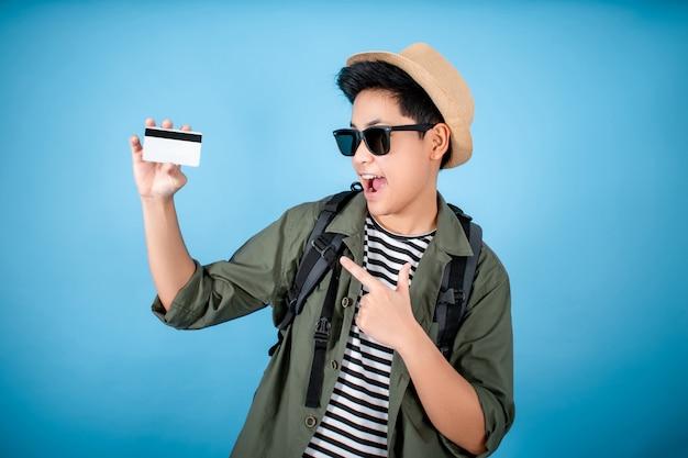Glücklicher asiatischer rucksacktourist mit kreditkarten Premium Fotos
