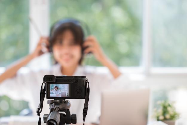 Glücklicher asiatischer videoblog oder studentfrauenschönheit blogger / vlog aufnahmetutorialtrainerdarstellung Premium Fotos