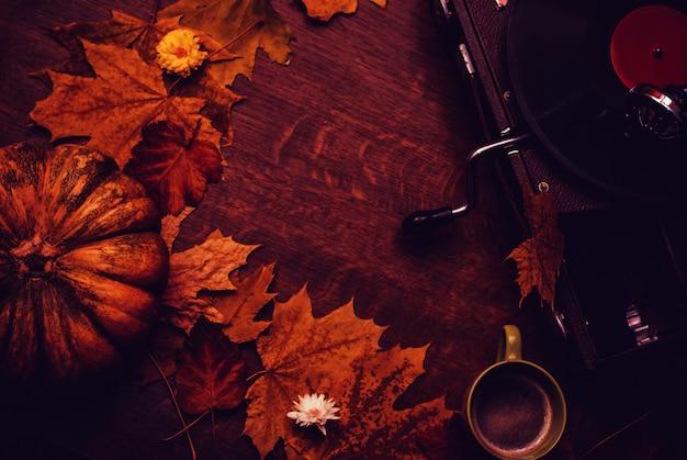 Glücklicher danksagungsherbsthintergrund mit kürbis, blumen, tasse kaffee Premium Fotos