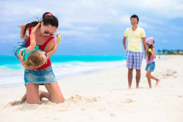 Glücklicher familienurlaub am karibischen perfekten strand Premium Fotos
