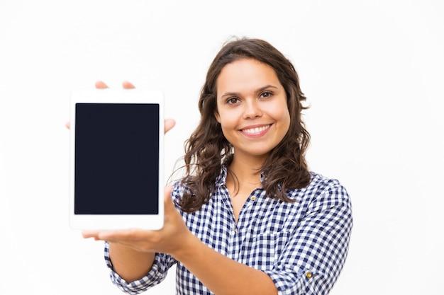 Glücklicher froher tablettenbenutzer, der neue internet-app vorstellt Kostenlose Fotos