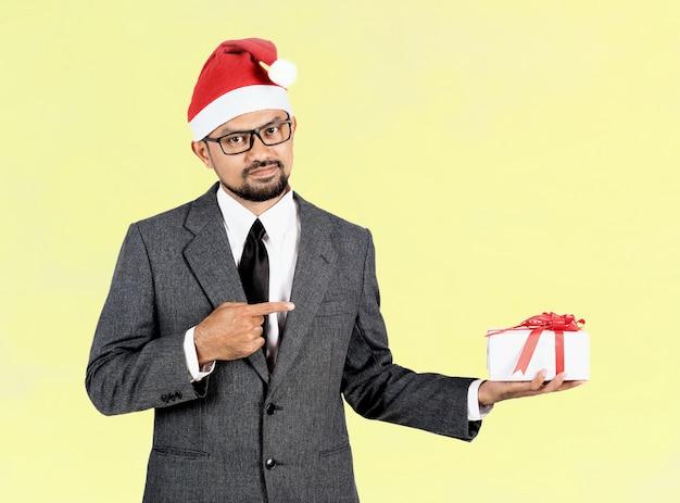 Glücklicher geschäftsmann mit geschenk Premium Fotos