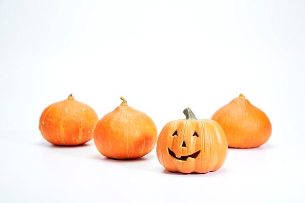 Glücklicher halloween-kürbis auf weiß Premium Fotos