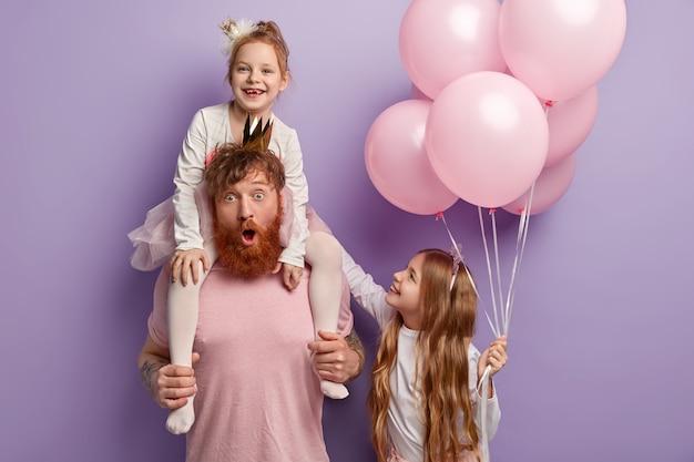 Glücklicher internationaler kindertag. kinder haben spaß im urlaub mit papa Kostenlose Fotos