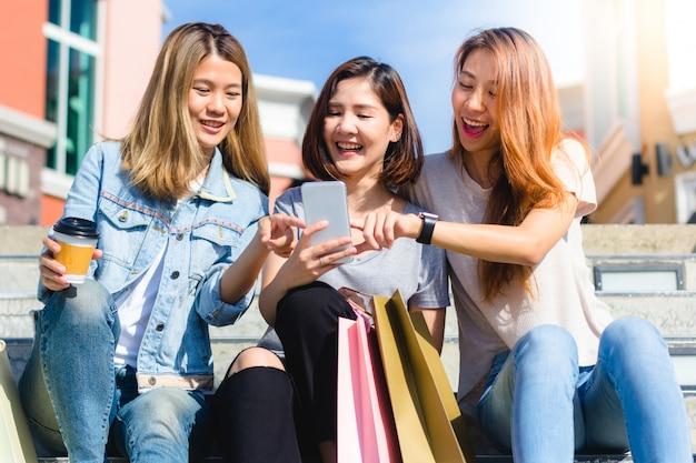 Glücklicher junger asiatinnengruppenstadtlebensstil, der spielt und sich unterhält Kostenlose Fotos