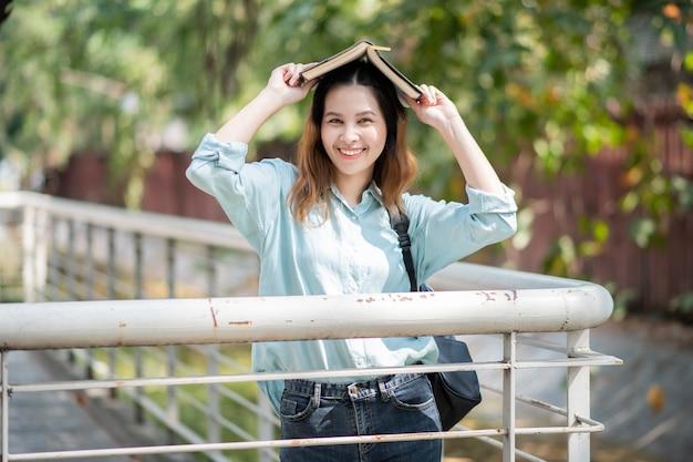 Glücklicher junger asiatischer universitätsstudent Premium Fotos
