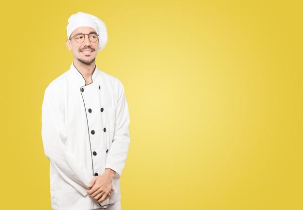 Glücklicher junger koch, der aufwirft Premium Fotos