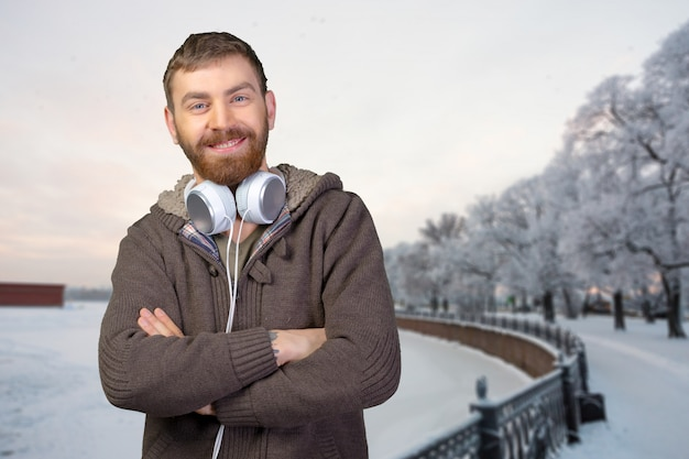 Glücklicher junger mann, der musik mit kopfhörern hört Premium Fotos