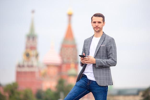 Glücklicher junger städtischer mann in der europäischen stadt. Premium Fotos