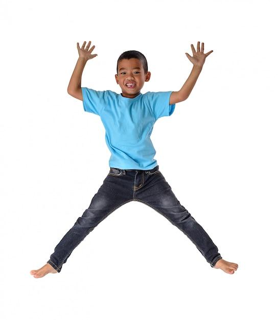 Glücklicher kleiner asiatischer junge des leutekonzeptes, der in luftglück, kindheit, freiheit in der bewegung lokalisiert auf weiß springt Premium Fotos