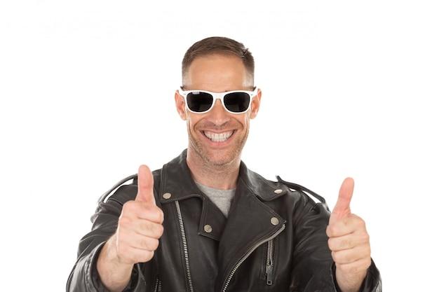 Glücklicher kühler kerl mit der lederjacke eine sonnenbrille Premium Fotos