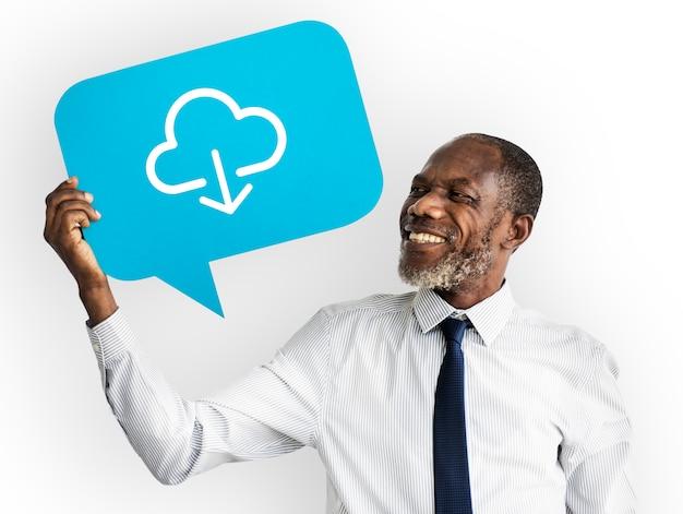 Glücklicher mann, der datenverarbeitungssymbol der wolke hält Kostenlose Fotos