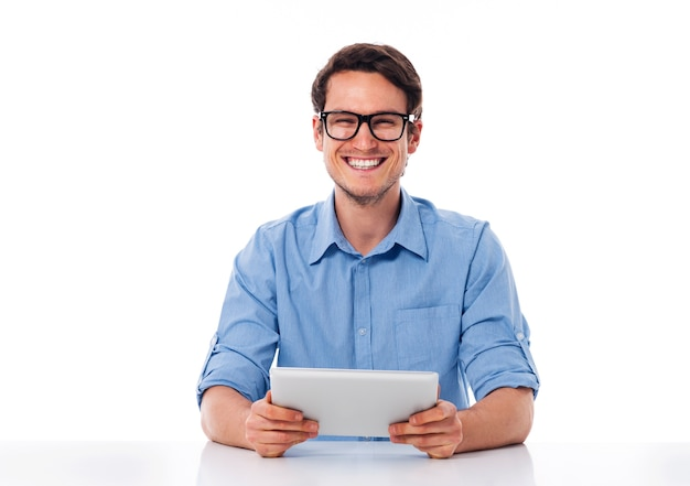Glücklicher mann, der eine digitale tablette hält Kostenlose Fotos