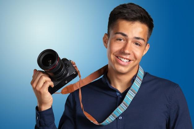 Glücklicher mann, der fotos mit digitalkamera macht Premium Fotos