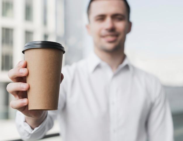 Glücklicher mann, der kaffeetasse hält Kostenlose Fotos