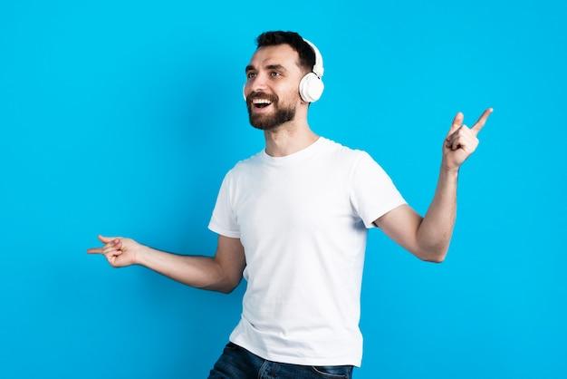 Glücklicher mann, der musik hört Kostenlose Fotos
