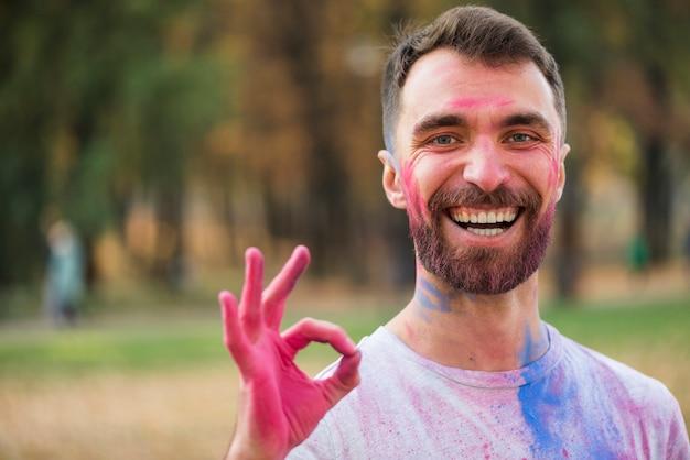 Glücklicher mann, der okayzeichen mit den händen hält Kostenlose Fotos