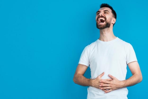 Glücklicher mann, der stark lacht Kostenlose Fotos
