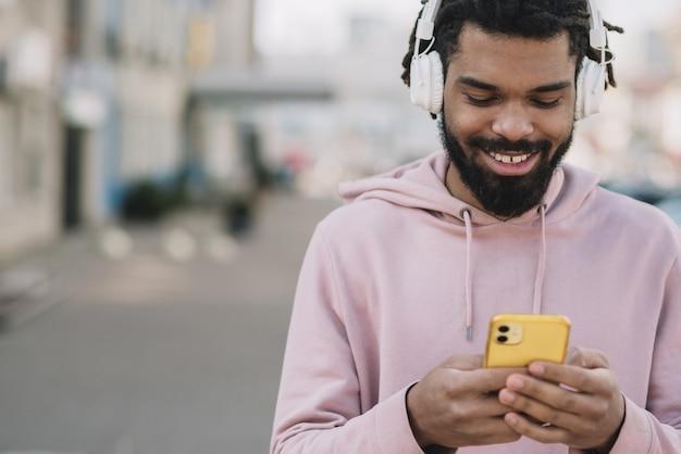 Glücklicher mann, der telefon ansieht Kostenlose Fotos