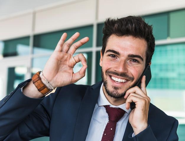 Glücklicher mann der vorderansicht, der zustimmung zeigt Kostenlose Fotos