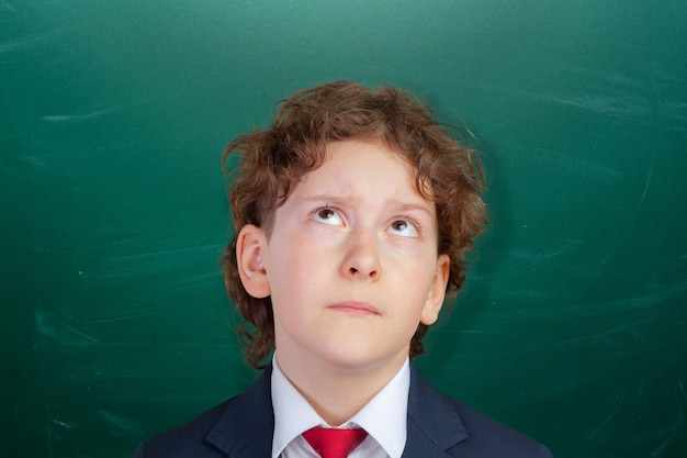 Glücklicher netter kluger junge in der schule. zum ersten mal in die schule. zurück zur schule. Premium Fotos
