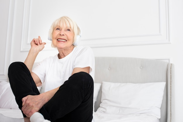 Glücklicher senior mit kopfhörern Kostenlose Fotos