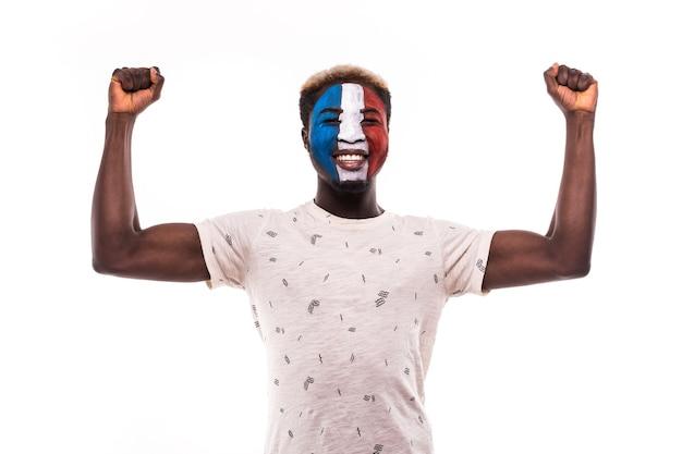 Glücklicher siegesschrei afro fanunterstützung frankreich-nationalmannschaft mit gemaltem gesicht lokalisiert auf weißem hintergrund Kostenlose Fotos