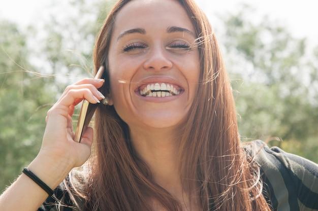 Glücklicher sorgloser kunde, der am telefon spricht Kostenlose Fotos