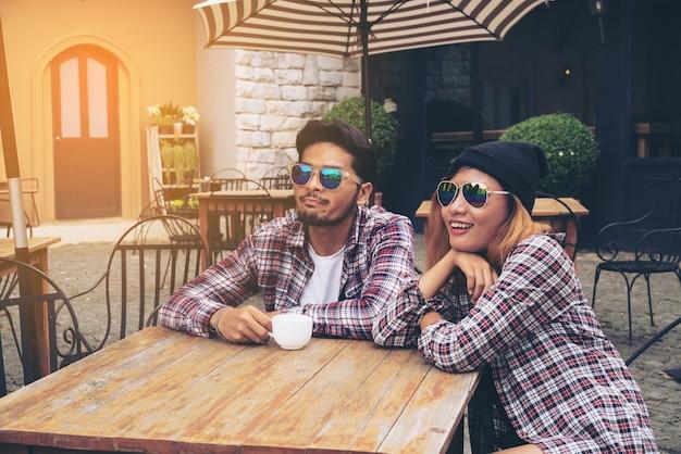 Glücklicher studentenfreundetreffpunkt im caférestaurant. Premium Fotos