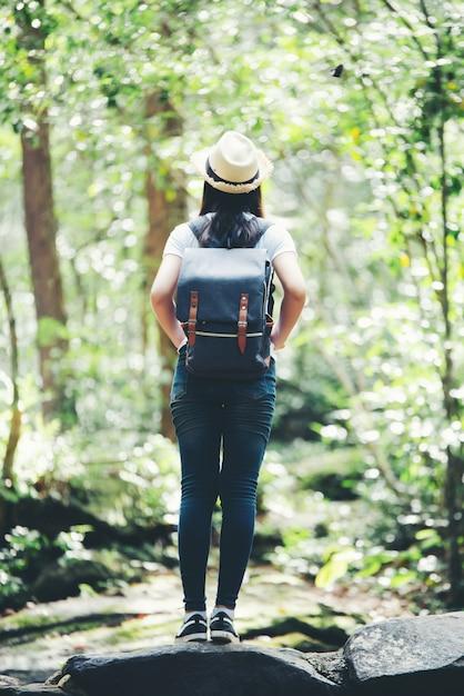 Glücklicher torist der lebensstilschönheit, zum in der wilden reise zu reisen, die während der ferien wandert. Kostenlose Fotos
