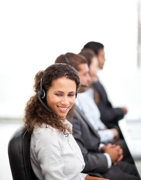 Glücklicher vertreter mit ihren kollegen, die in einem call-center arbeiten Premium Fotos