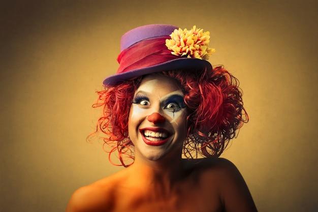 Glücklicher weiblicher clown Premium Fotos