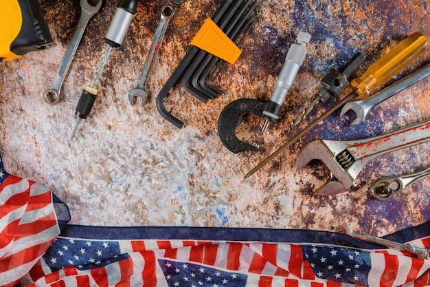 Glücklicher werktag mit werkzeugen der amerikanischen flagge und des baus Premium Fotos