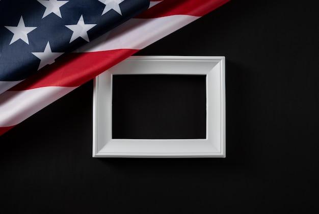 Glücklicher werktag. usa-flagge und weißer rahmen auf dunkelheit Premium Fotos