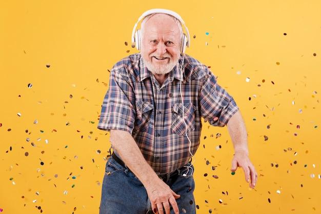 Glückliches älteres tanzen der vorderansicht Kostenlose Fotos
