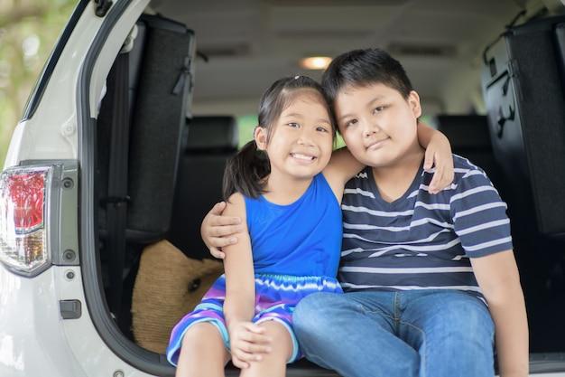 Glückliches asiatisches kind sitzen im auto, Premium Fotos
