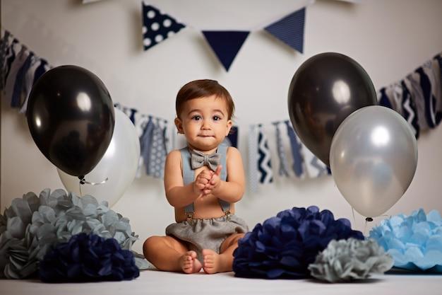 Glückliches baby, das ersten geburtstag feiert Premium Fotos