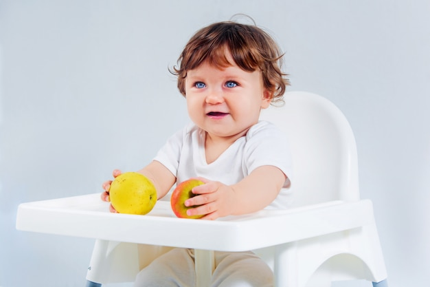 Glückliches babysitzen und -essen Kostenlose Fotos