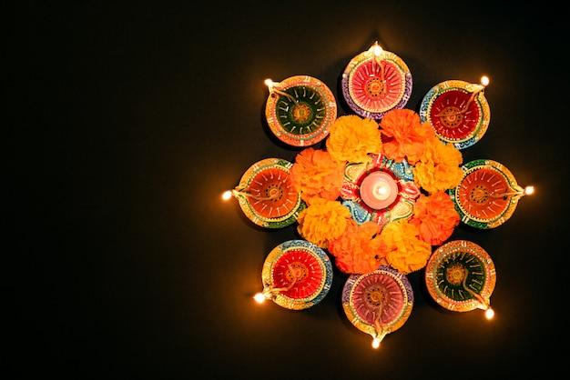 Glückliches diwali - clay diya-lampen beleuchteten während dipavali, hindische festivalfeier Premium Fotos