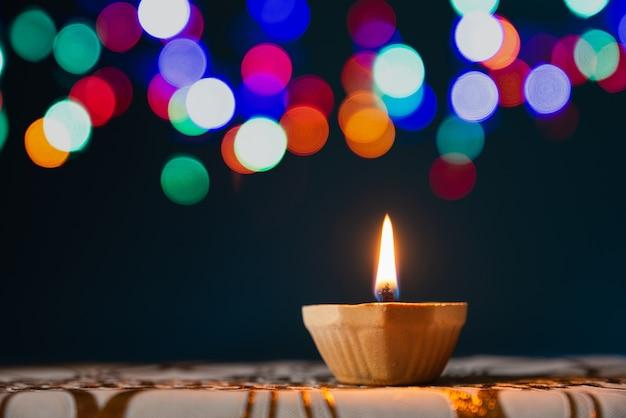 Glückliches diwali - lehm diya lampen beleuchteten während dipavali, hinduistisches festival der lichterfeier. Premium Fotos