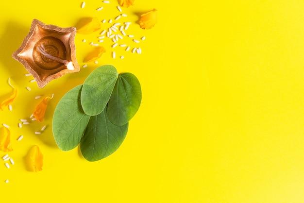 Glückliches dussehra-konzept auf gelbem hintergrund. Premium Fotos