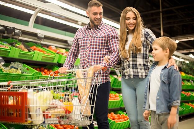 Glückliches familieneinkaufen für lebensmittel im supermarkt Premium Fotos