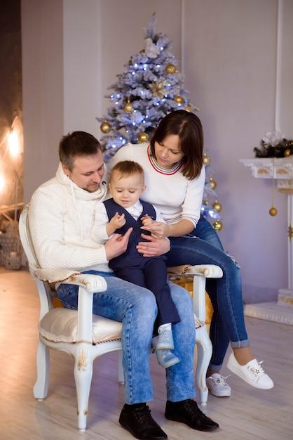 Glückliches familienporträt auf weihnachten, mutter, vater und kind zu hause. Premium Fotos
