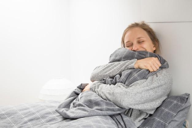 Glückliches fröhliches mädchen, das genug schlaf erhält Kostenlose Fotos