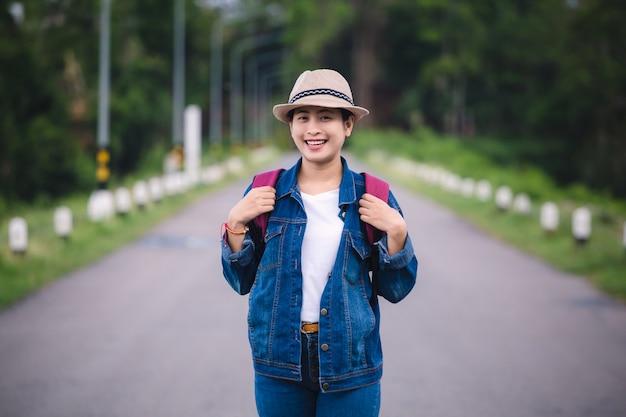 Glückliches junges asiatisches mädchen bei kang kra chan national park thailand Premium Fotos